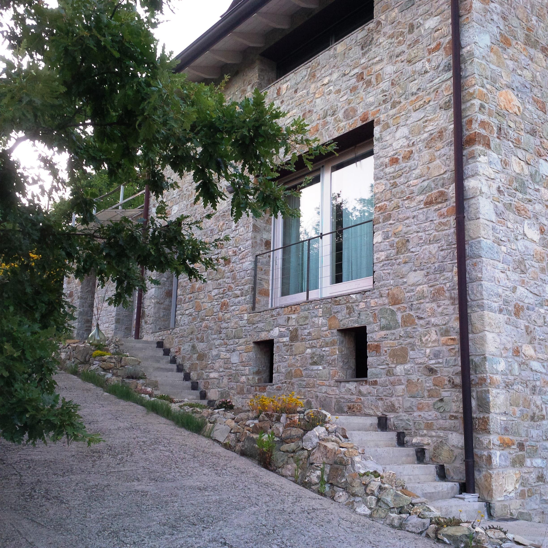 Casa in sasso in collina caseloft s r l immobiliare for Case pitturate interni foto